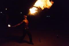 Représentation de cracheur de feu sur une rue Photographie stock