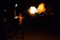 Représentation de cracheur de feu sur une rue Photo libre de droits