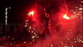 Représentation de feu avec la pyrotechnie, feux d'artifice de rotation d'interprète masculin sur des chaînes banque de vidéos