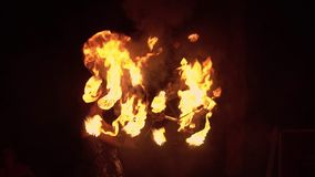 Représentation de Fireshow avec la torche brûlante 4k clips vidéos