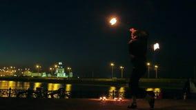 Représentation de Fireshow avec la torche brûlante la nuit extérieur banque de vidéos