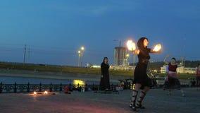 Représentation de Fireshow avec la torche brûlante la nuit 4k extérieur banque de vidéos