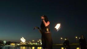 Représentation de Fireshow avec la torche brûlante la nuit 4k extérieur clips vidéos
