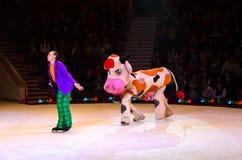 Représentation de groupe de clown de cirque de Moscou sur la glace Photos stock