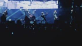 Représentation de groupe de rock alternatif sur l'étape pendant le festival musical, brouillée banque de vidéos