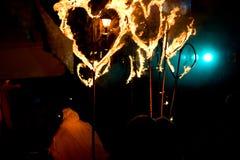 Représentation de rue de soirée avec les torches ardentes sous la forme Photos libres de droits