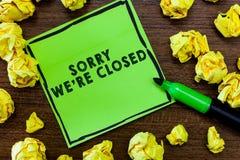 Représentation de signe des textes désolée nous au sujet de sommes fermés Expression conceptuelle de photo de signe non ouvert de photos stock