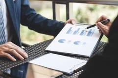 Représentation de ventes de réunion de cadres commerciaux sur un lieu de travail extérieur moderne photographie stock