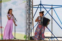 Représentation des artistes avec un nombre vocal à l'accompagnement de l'accordéon à la célébration de Sabantui image stock