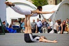 Représentation des couples de yoga sur la place rouge Images stock