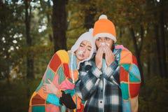 Représentation des couples en difficulté éternuant au parc d'automne Fille avec le mouchoir et le garçon de éternuement en parc d image stock