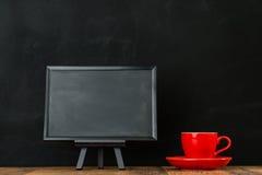 Représentation du petit tableau noir avec la tasse de café rouge Images libres de droits