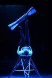 Représentation gymnastique, artiste de cirque, acrobate bleu Image libre de droits