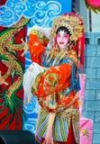 Représentation soloe d'actrice chinoise d'opéra sur l'étape Photo stock