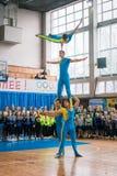 Représentations de démonstration des acrobates au championnat dans des représentations de cheerl des acrobates au championnat dan photos libres de droits