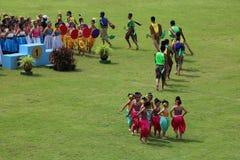 Représentations thaïlandaises de danse des étudiants dans le stade, Thaïlande le 19 août 2016 photo libre de droits