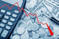 Représentez graphiquement montrer des billets de banque d'USD avec des pièces de monnaie et une calculatrice Photos libres de droits