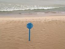 Représentez une bouée de sauvetage sur la plage abandonnée Côte de la mer baltique Images stock