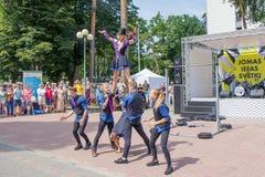 Repr?sentation d'un groupe de gymnastes au festival de rue de Jomas Acc?s ouvert, aucun billets image stock