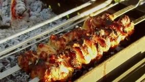 Repreensão da carne em espetos no soldador fora vídeos de arquivo