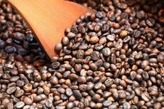 Repreensão tradicional dos feijões de café na bacia do metal com espátula imagens de stock