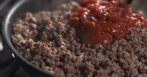 A repreensão triturou a carne com pasta de tomate em uma bandeja Fotografia de Stock