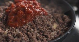 A repreensão triturou a carne com pasta de tomate em uma bandeja Imagens de Stock Royalty Free