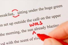 Repères de correction sur épreuves et plan rapproché rouges de crayon lecteur Image stock