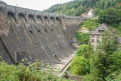 Represa 'Diemeltalsperre 'e central elétrica hidroelétrico Helminghausen em Sauerland, Alemanha imagens de stock royalty free