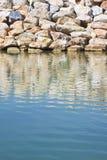 Represa com blocos de pedra para a proteção das tempestades do mar - imagem com espaço da cópia foto de stock