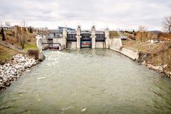 Represa da energia da eletricidade do poder de água do rio Imagens de Stock