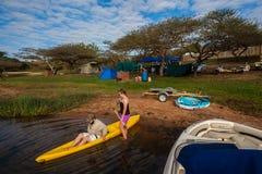 Represa de acampamento do feriado da canoa das famílias imagens de stock royalty free