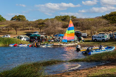 Represa de acampamento dos iate dos barcos das famílias imagens de stock royalty free