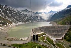 Represa de Oberaarsee - central elétrica hidroelétrico Fotos de Stock