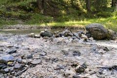 Represa de pedra através do rio da montanha Fotografia de Stock Royalty Free