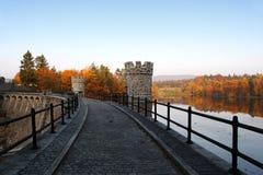 Represa de pedra na paisagem do outono Foto de Stock