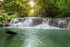 Represa de Srinakarin da cachoeira de Huai Mae Kamin da paisagem em Kanchanaburi Foto de Stock