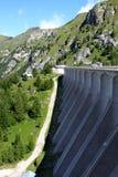 Represa do reservatório de Fedaia nas dolomites italianas foto de stock