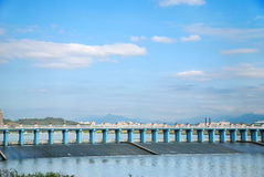 Represa e céu azul Fotos de Stock Royalty Free