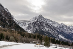 A represa e Maloja de Albigna passam a estrada, Suíça Fotos de Stock Royalty Free