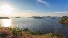 A represa e o lago no tempo do por do sol, em Tailândia vídeos de arquivo