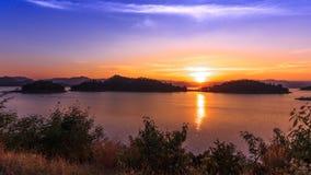A represa e o lago no tempo do por do sol, em Tailândia filme