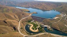 Represa hidroelétrico no rio de Boise no início do verão com o re Fotografia de Stock