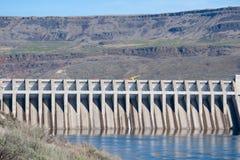 Represa Hydroelectric em uma garganta imagem de stock royalty free