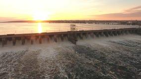 A represa joga fora do tiro aéreo da água filme
