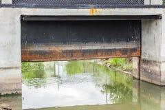 Represa na parede pequena do rio Imagens de Stock Royalty Free