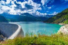 Represa no lago Emosson perto de Chamonix (França) e de Finhaut (Suíça) imagem de stock