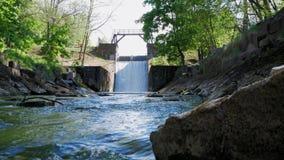 Represa velha Vertedouro no rio O fluxo da água cai para baixo video estoque