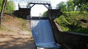 Represa velha Vertedouro no rio O fluxo da água cai para baixo vídeos de arquivo