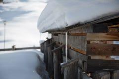 Represas do gelo no telhado de madeira durante o inverno nevado Fotografia de Stock Royalty Free